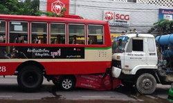 อุบัติเหตุสยอง ชน 5 คันรวด แท็กซี่อัดก็อปปี้ใต้ท้องรถเมล์