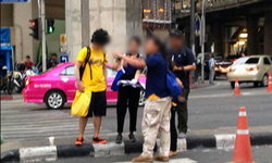 หนุ่มเลียนแบบแต่งเสื้อเหลืองคล้ายมือระเบิด ตำรวจต้องเชิญตัวออก