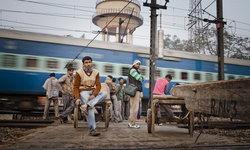 วัยรุ่นอินเดียเจอรถไฟแล่นทับดับ ขณะเซลฟี่บนราง