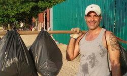 เปิดใจฝรั่งเดินเก็บขยะริมหาดพัทยา บอกอยากทำประโยชน์ให้เมืองไทย
