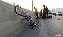 ลุงวัย 52 ซ้อมปั่นจักรยาน ถูกรถชนกระเด็นตกสะพานดับ