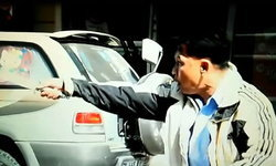 โดนจับแล้ว โชเฟอร์รถตู้คว้าดาบ ไล่ฟันผู้สื่อข่าวกลางเมือง