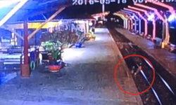เผยคลิปนาที! หนุ่มใหญ่เมาไปนอนในราง ถูกรถไฟทับดับสยอง