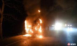รถทัวร์ระทึก! ไฟลุกกลางทาง คนขับปลุกผู้โดยสารหนีตาย