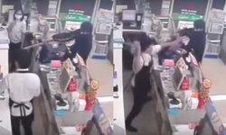 เหตุการณ์นาที คนร้ายใช้มีดบุกจี้พนักงานร้านสะดวกซื้อ เจอแย่งมีดฟันหัวเลือดสาด (คลิป)