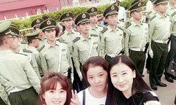 สาวจีนแห่เซลฟี่คู่เหล่าทหารหนุ่มหล่อ เฉลิมฉลองในวันชาติ