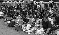 บรรยากาศบริเวณโรงพยาบาลศิริราช ปวงชนชาวไทยน้อมส่งเสด็จสู่สวรรคาลัย