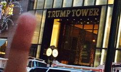 """กลุ่มแอนตี้ """"ทรัมป์"""" ในนิวยอร์กชวนชูนิ้วกลางหน้าทรัมป์ ทาวเวอร์"""
