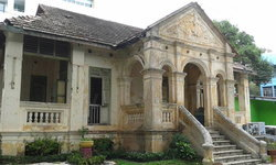 ชาวบ้านค้าน รื้อตึกบุญพัฒน์ โบราณสถานอายุเกือบร้อยปี เพื่อสร้างตึกสมัยใหม่