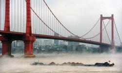 แม่น้ำแยงซีเกียงมีหมอกลอยปกคลุมทั่วทั้งผิวน้ำ งดงามราวทั้งเมืองลอยอยู่บนเมฆ