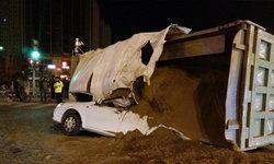 รถบรรทุกทรายพลิกคว่ำทับเก๋งพังยับ คนขับรอดปาฏิหาริย์