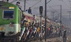 ที่สุดของรถไฟในอิเดีย   หนาแน่นและเสี่ยงอันตราย