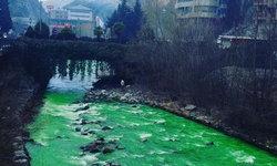 ชาวสเปนตะลึง! น้ำในแม่น้ำกลายเป็นสีเขียวสดในชั่วข้ามคืน