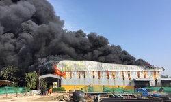 ไฟไหม้โกดัง นิคมทองโกรว์ เพลิงลุกลามรุนแรง พบเป็นสารไวไฟ
