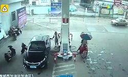 ไม่รอด! ชายขับจยย.พุ่งชนกำแพง หลังย่องเปิดประตูรถขโมยกระเป๋าในปั๊ม