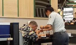 ชมกันเป็นล้านวิว พนักงานช่วยปิ้งย่างให้ลูกค้าตาบอด