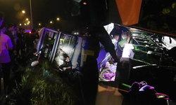 รถทัวร์ กทม.-ตราด พลิกคว่ำชนเสาไฟฟ้าตาย 3 เจ็บ 22
