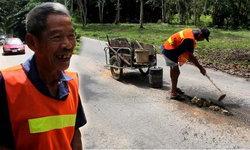 ชื่นชมคุณตาวัย 73 ซ่อมถนนทั่วหมู่บ้านนาน 7 ปี  หวั่นเกิดอุบัติเหตุ