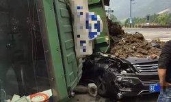 รอดหวุดหวิด! หนุ่มวิ่งถือพลั่วขุดดินช่วยคนขับเก๋งถูกรถบรรทุกคว่ำทับ