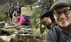 อบอุ่นน่ารัก ครอบครัวพอลล่า เทเลอร์ พาลูกๆเดินป่า