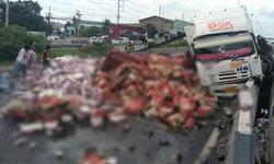 ฝนถล่มกรุง-รถขนเบียร์คว่ำพระราม 2 รถติดยาวหลายกิโล