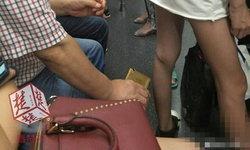 ชาวเน็ตแฉ ชายแอบถ่ายใต้กระโปรงหญิงบนรถไฟใต้ดินที่จีน