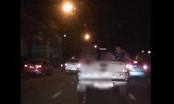 วิจารณ์ยับ หนุ่มนั่งท้ายกระบะปล่อยอุจจาระขณะรถวิ่ง