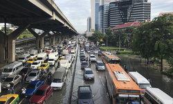 วิกฤต ฝนถล่มกรุงเทพฯ กลางดึก น้ำท่วมสูงหลายพื้นที่