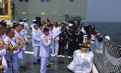 กทม.-กองทัพเรือทำพิธีลอยเถ้าดอกไม้จันทน์ ปากแม่น้ำเจ้าพระยา