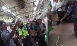 ระทึก! หนุ่มอินโดโชว์จับงูฟาดพื้นบนรถไฟ