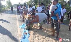 ปิกอัพชนเด็ก ป.2 ไม่มีที่หลบ เพราะชาวบ้านตากข้าวล้ำถนน