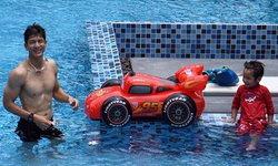 พ่อติ๊ก โชว์หุ่นล่ำเล่นน้ำกับ ลูกชาย สนุกสนานกันน่าเอ็นดู