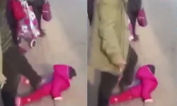 ใจร้ายมาก! พ่อแท้ๆ กระทืบลูกสาวตัวนิดเดียวกลางถนน