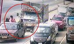 นาทีมรณะ รถบรรทุกเบรกแตก ชนท้ายกระบะติดไฟแดง ดับ 1 ศพ