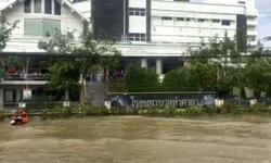 น้ำท่วม รพ.ท่าศาลา แพทย์-พยาบาลขนย้ายผู้ป่วยกันจ้าละหวั่น