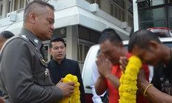 2 ชายด่าท้าชกตำรวจโคราช ยกมือไหว้ขอโทษเจ้าหน้าที่