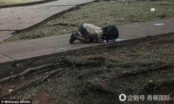 สะเทือนใจ เด็กหญิงอาร์เจนตินาก้มเลียน้ำเสียบนถนนดับกระหาย