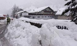 เทือกเขาแอลป์หิมะตกหนัก นักท่องเที่ยวติดค้างกว่าหมื่นคน
