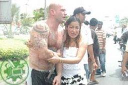 ฝรั่งคลั่งถูกสาวไทยเบี้ยวนัดโดดให้รถทับ ปล้ำจับชุลมุน