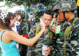 สาดน้ำกรุงเทพฯคึกคัก ปชช.ปะแป้งทหาร สาวๆยังนิยมใส่สายเดี๋ยว