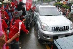 อภิสิทธิ์ ลั่นดำเนินคดีม็อบเสื้อแดงทุบรถ