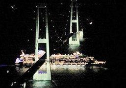 เรือสำราญใหญ่สุดในโลกลอดใต้สะพานได้หวุดหวิด