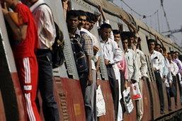 มีผู้เสียชีวิต 30 คน จากเหตุรถโดยสารพุ่งตกเขาในอินเดีย
