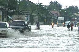 ฝนตกหนัก น้ำท่วมขยายวงกว้าง ผู้ว่าฯ เร่งสร้างแนวกันคลื่น
