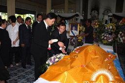 ในหลวงพระราชทานน้ำหลวงอาบศพ วีระ รักความสุข ส.ส.ภูมิใจไทย บุคคลต่างๆแห่ร่วมอาลัยจำนวนมาก
