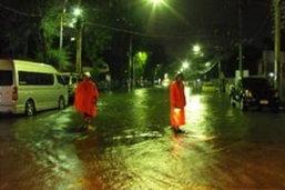 ฝนกระหน่ำกรุง-น้ำท่วม-จราจรเป็นอัมพาต!!!