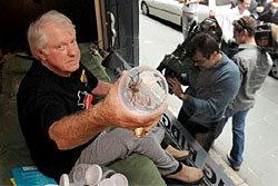 หนุ่มออสซี่ อยู่กับแมงมุม400ตัว หาเงินเข้าการกุศล