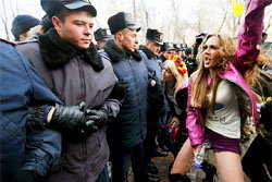 ตะลึง!หญิงชาวยูเครนยืนฉี่ประท้วงรัฐบาล
