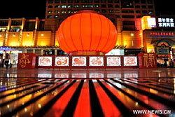 จีนเห่อ! แขวนโคมไฟสีแดงรับตรุษจีน