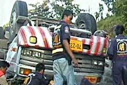รถกระดาษชนรถบรรทุกสารเคมีตาย 2 เจ็บ 2